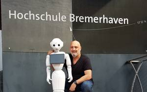 """Professor Papathanassis mit Roboter """"Pepper"""""""